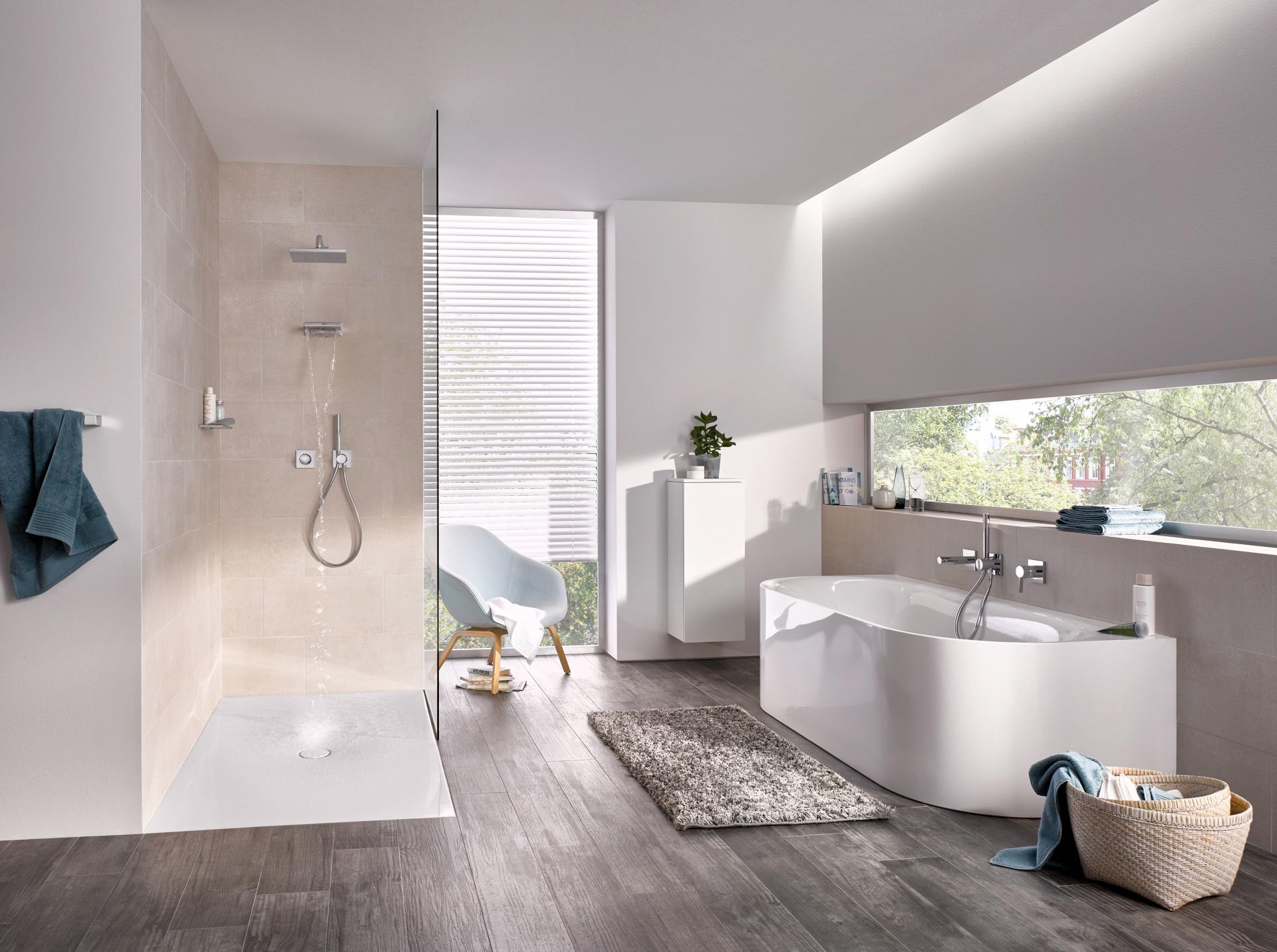 Abbildung klassisches Badezimmer von KEUCO mit ebenerdiger Dusche und Badewanne