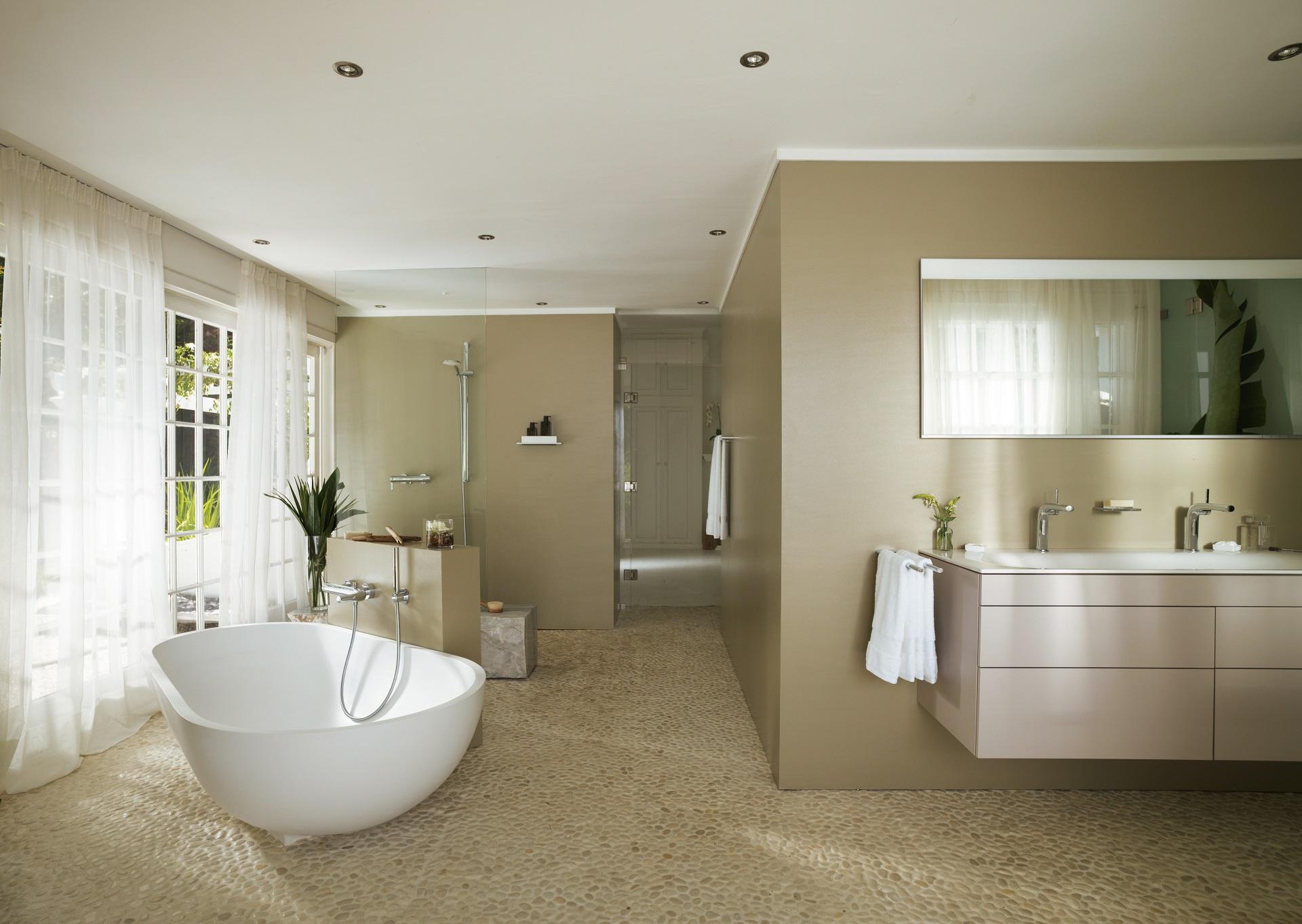 Abbildung klassisches Badezimmer von KEUCO mit großer Badewanne, Waschtisch und Dusche
