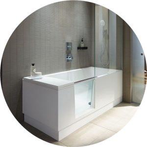 Barrierefreies Badezimmer mit moderner, barrierearmen Badewanne in der Lumina Badausstellung