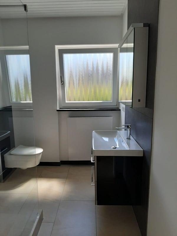 modernes, schönes Badezimmer nach der Renovierung mit Lumina