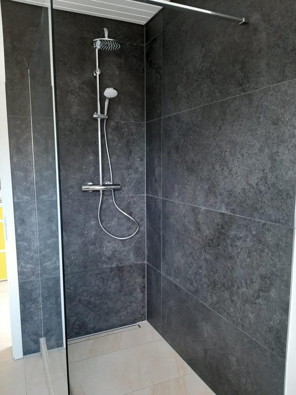 moderne Dusche nach der Renovierung mit Lumina