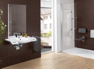 modernes, barrierefreies Badezimmer mit Waschbecken und Dusche