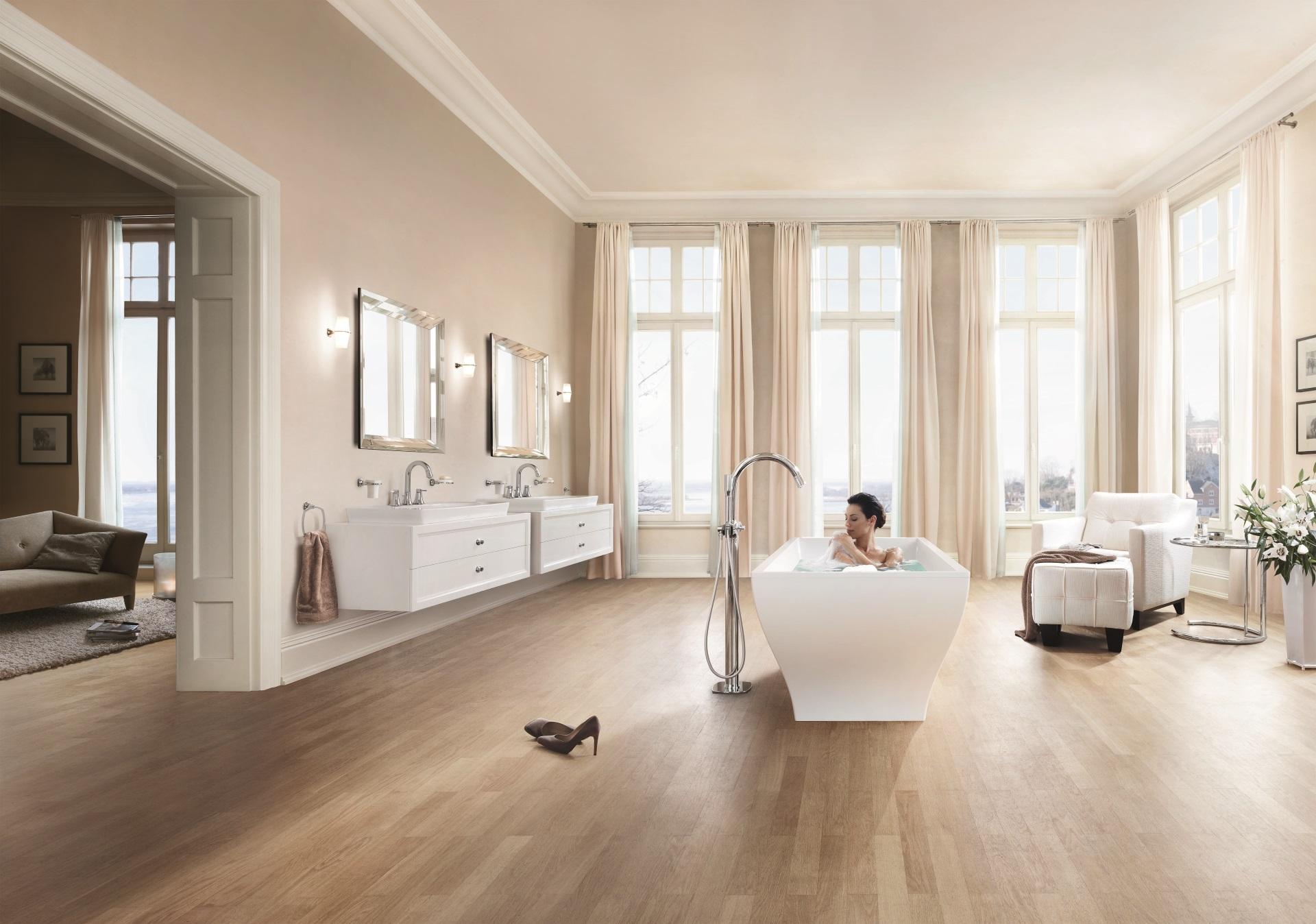 Abbildung klassisches Badezimmer mit Badewanne und zwei Waschtischen