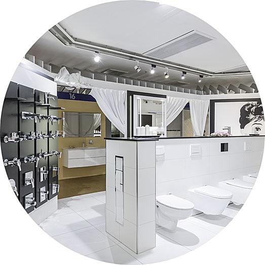 Abbildung Badausstellung verschiedene WCs, Betätigungsplatten und Armaturen