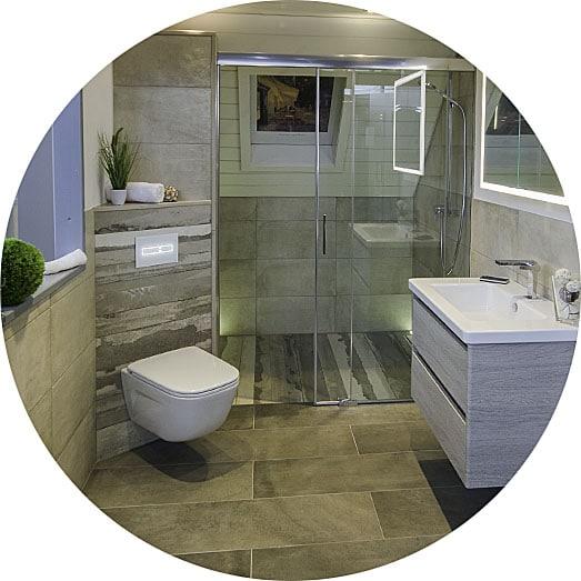 Abbildung Badezimmer mit bodengleicher Dusche, WC und Waschtisch in der Lumina Badausstellung Alsfeld