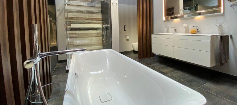 Attraktives, modernes Badezimmer mit Badewanne, Dusche und Waschtisch in der Lumina Badausstellung