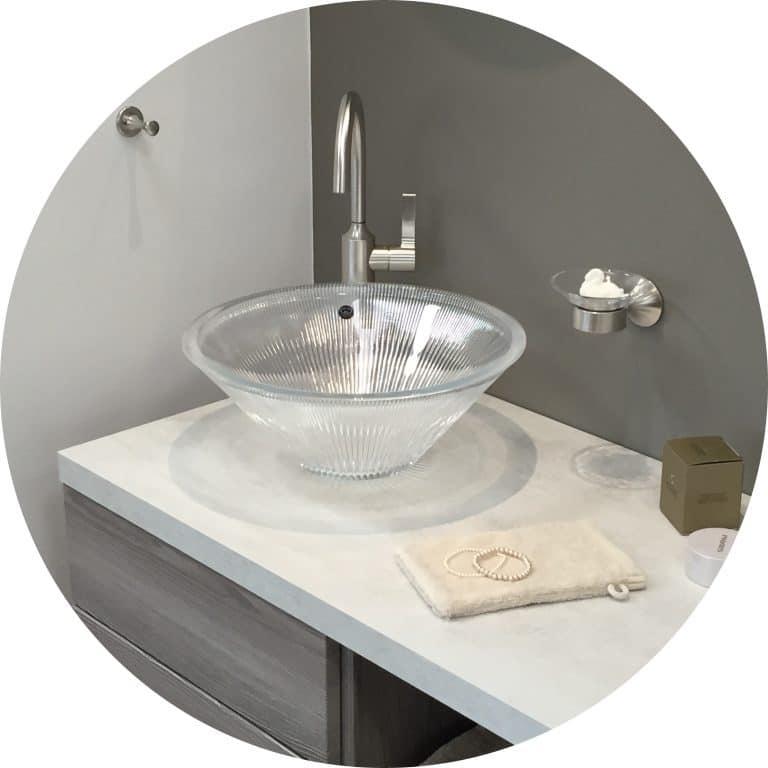 Stylisches Waschbecken aus Glas mit modernem Wasserhahn und Seifenschale in der Lumina Badausstellung