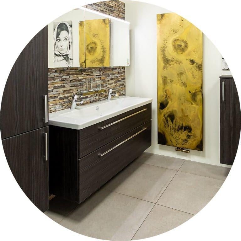 Moderner Waschtisch in Holzoptik in der Lumina Badausstellung