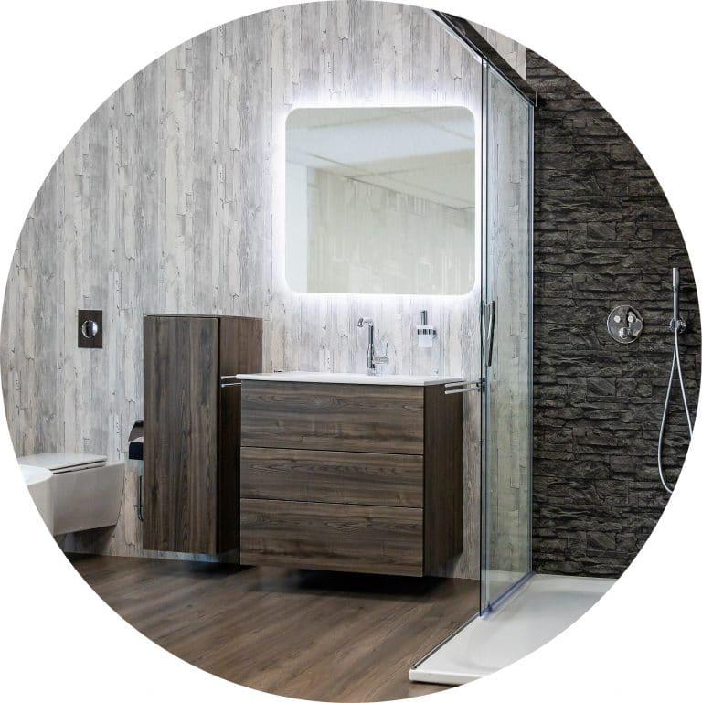Schönes, modernes Badezimmer in Holzoptik mit Waschtisch, Dusche und WC in der Lumina Badausstellung