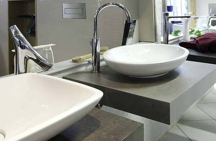 Abbildung verschiedene Waschbecken und Armaturen in der Lumina Badausstellung Alsfeld