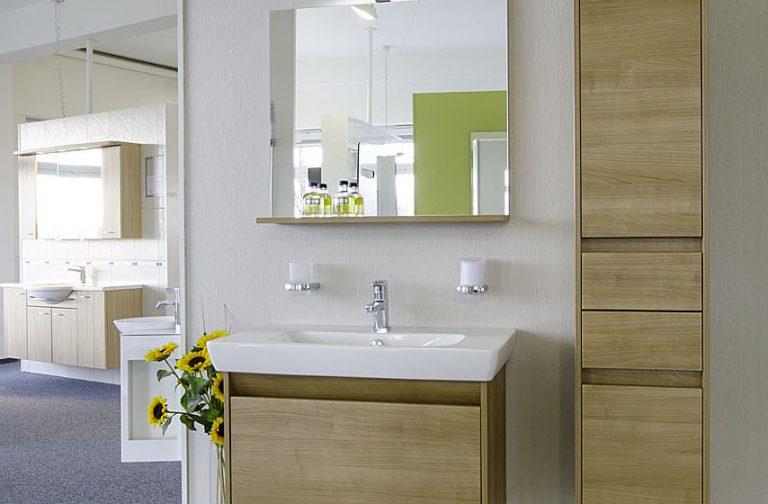 Aufnahme Waschbecken mit Unterschrank und Seitenschrank in Holzoptik