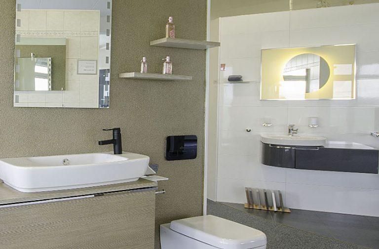 Abbildung verschiedene Beispiel-Bäder bestehend aus Waschbecken und WC