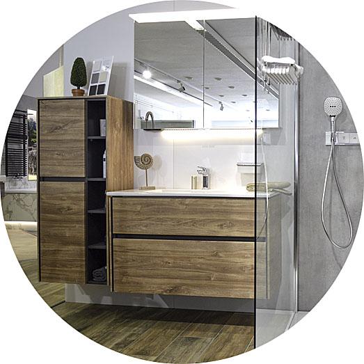Abbildung Dusche und Waschtisch in Holzoptik in der Lumina Badausstellung