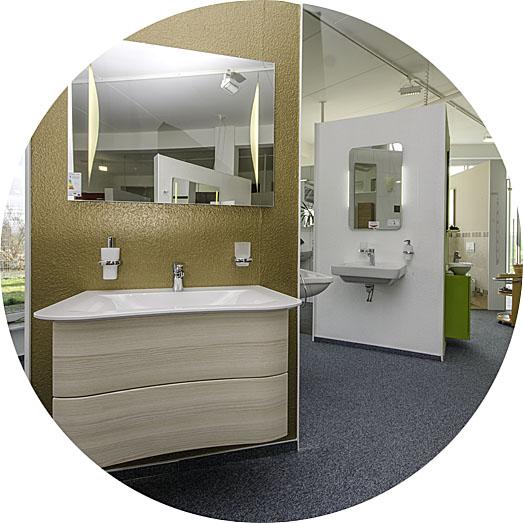 Aufnahme aus der Lumina Badausstellung zeigt Waschbecken und Unterschrank
