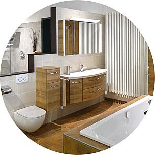 Abbildung Badezimmer mit WC, Waschbecken mit Unterbau in Holzoptik und Badewanne
