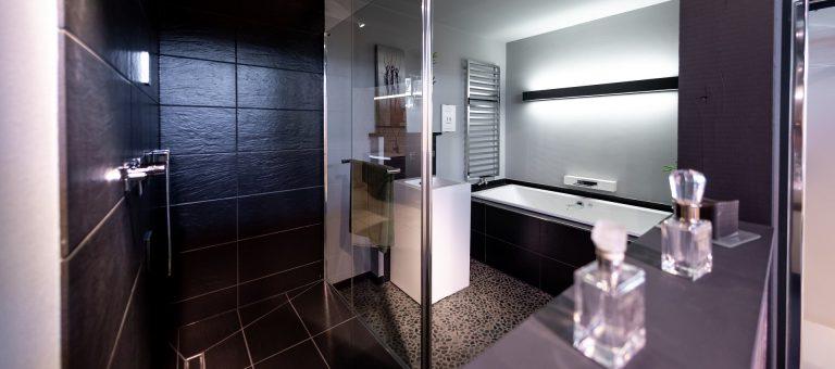 Abbildung elegantes Badezimmer in der Lumina Badausstellung Bad Salzuflen