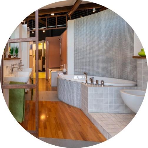 Abbildung Badewanne und Waschbecken in der Lumina Badausstellung Bad Salzuflen