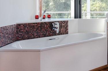 Abbildung Badezimmmer mit Badewanne, WC und Dusche in der Lumina Badausstellung Bad Salzuflen