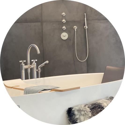 Abbildung Badewanne mit Dusche im Hintergrund