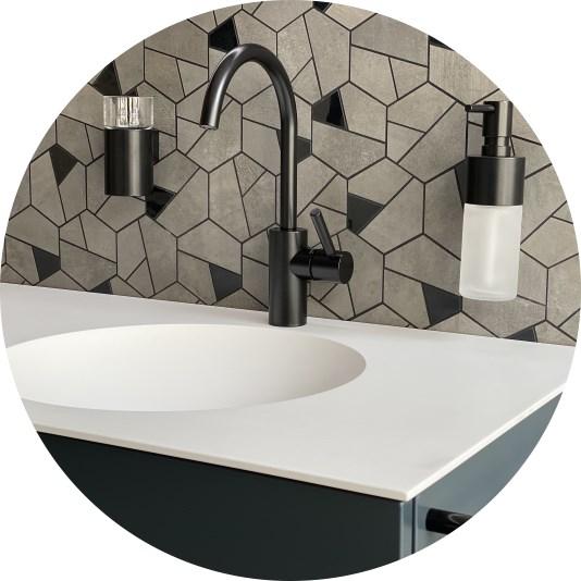 Abbildung Waschbecken mit schwarzer Armatur