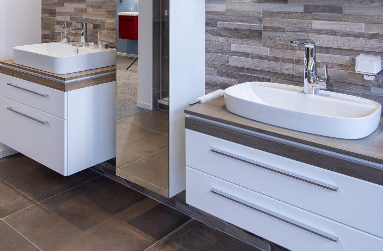 Modernes, attraktives Waschbecken mit Unterschrank und Wasserhahnin der Lumina Badausstellung