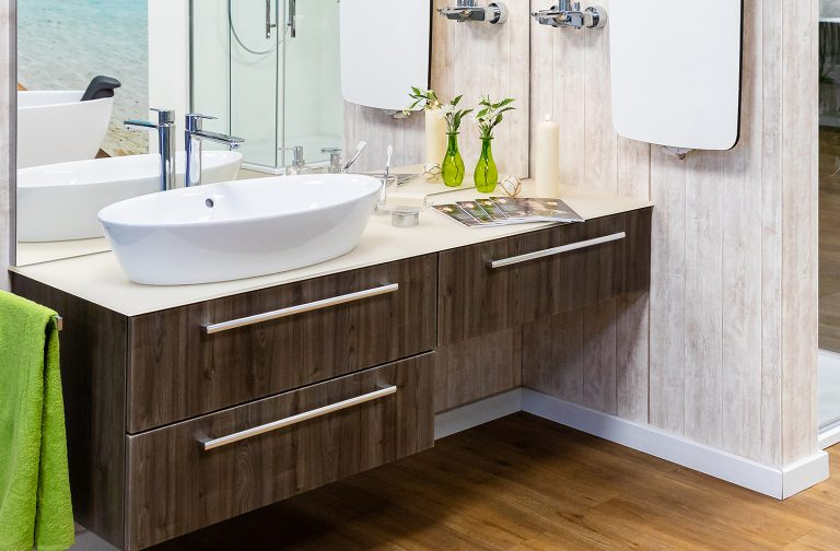 Abbildung Waschbecken mit Armatur und Unterschrank in Holzoptik in der Lumina Badausstellung