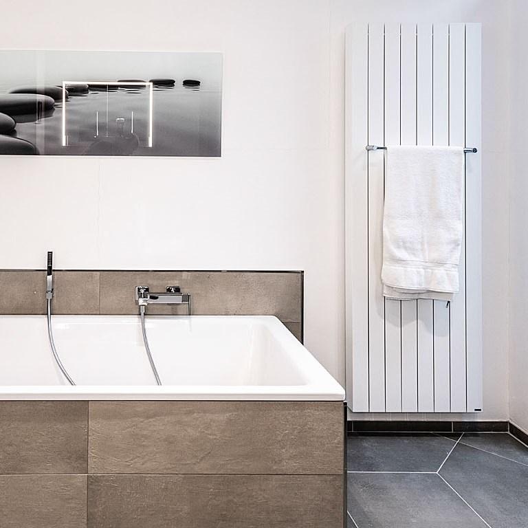 Abbildung helles Badezimmer mit Badewanne