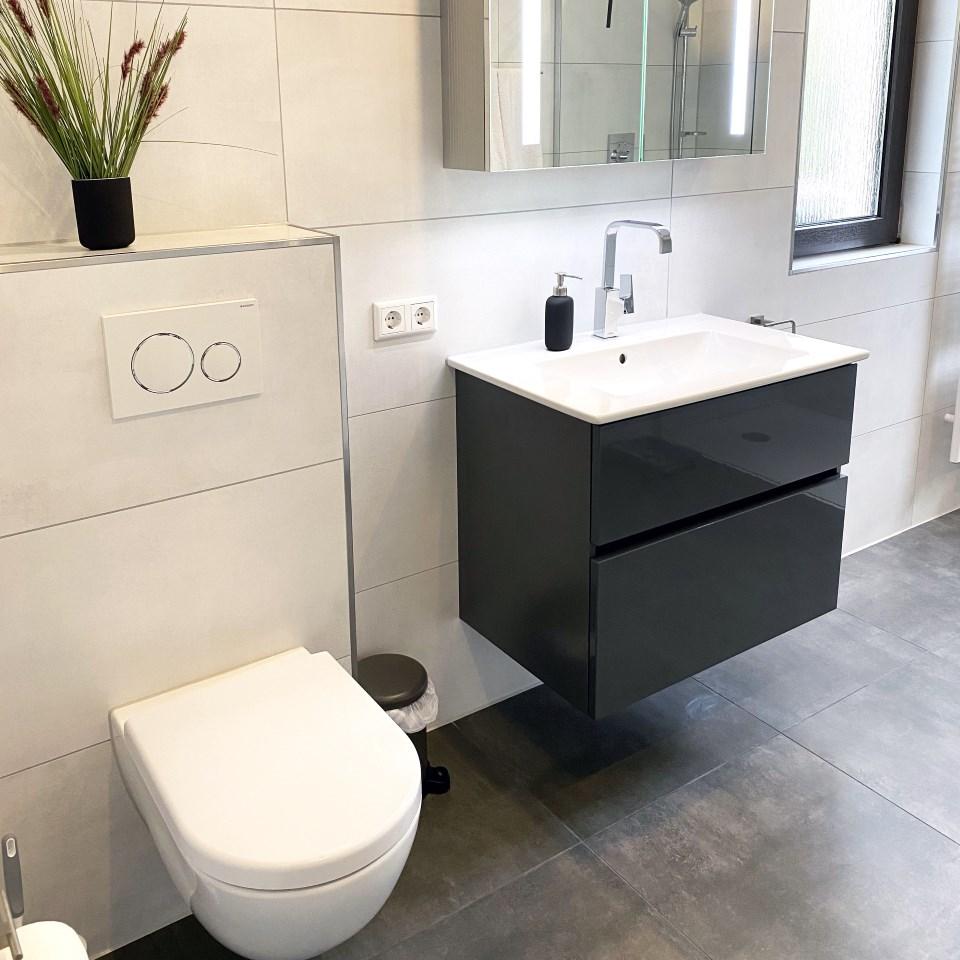 Eleganter Waschtisch und spülrandloses WC