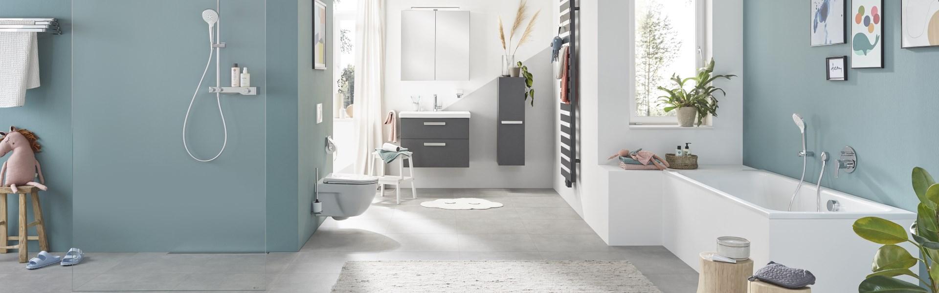 Abbildung modernes, großzügiges Badezimmer mit Badewanne, Dusche, WC und Armatur
