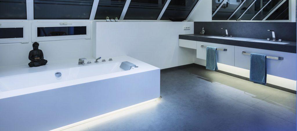 Abbildung Badezimmer mit Beleuchtung von Brumberg; Badewanne und Waschtisch
