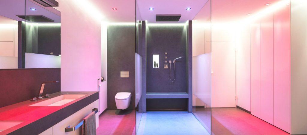 Abbildung Badezimmer mit Beleuchtung von Brumberg; Dusche, WC und Waschtisch