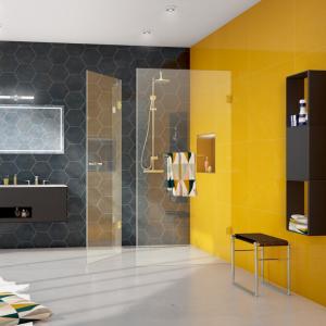 Badezimmer in gelb und grau mit bodengleicher Dusche