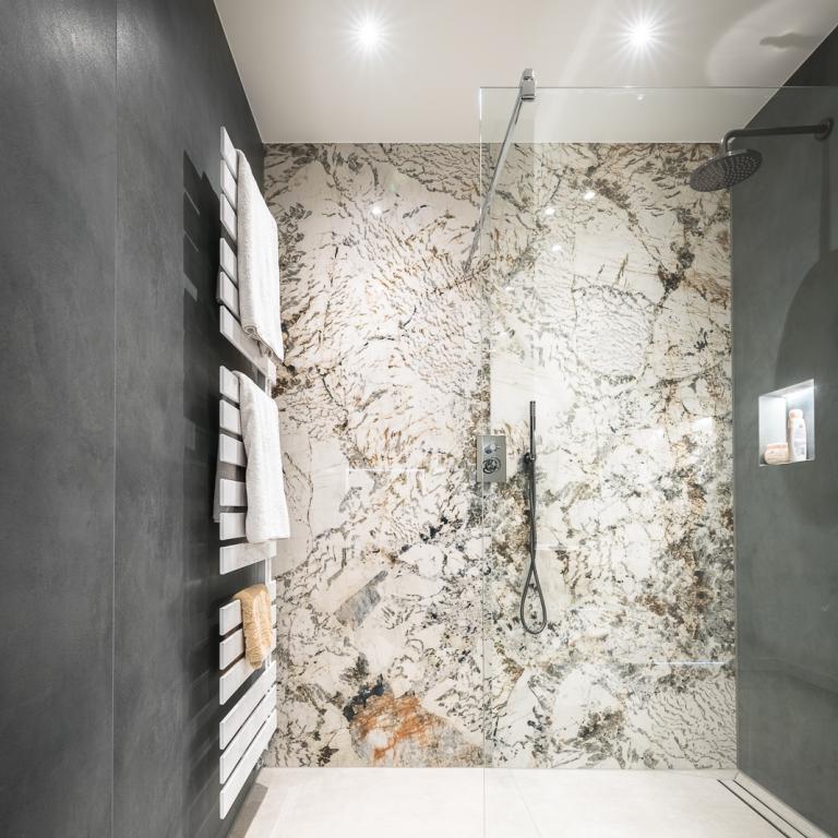 Bodengleiche Dusche mit großen XXL-Wandfliesen in eleganter Marmoroptik