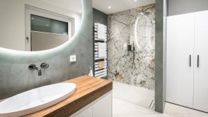 Badezimmer mit großen XXL-Wandfliesen in eleganter Marmoroptik