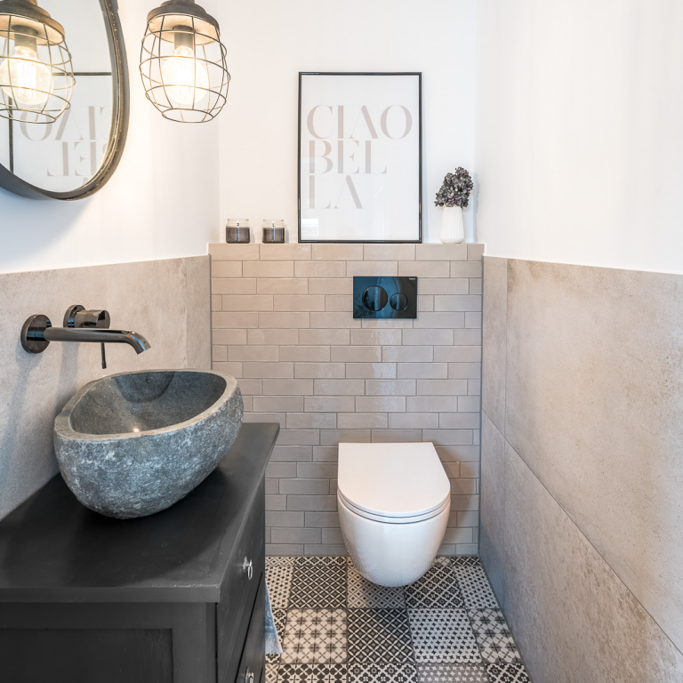 Abbildung Badezimmer mit Fliesen im Landhausstil, WC und Stein-Waschbecken