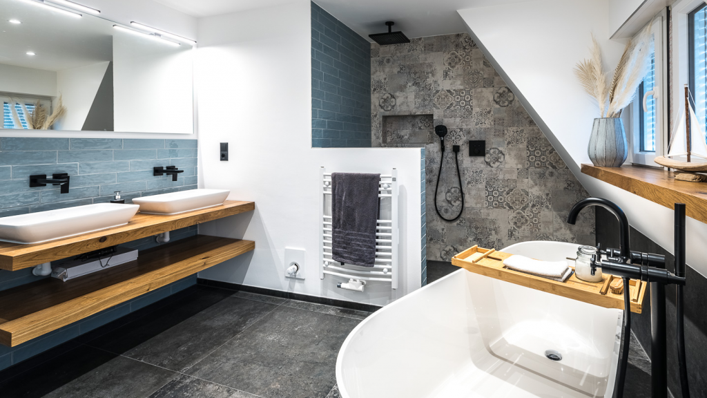 Abbildung Badezimmer mit Fliesen im Landhausstil, Badewanne, Waschtisch und Dusche