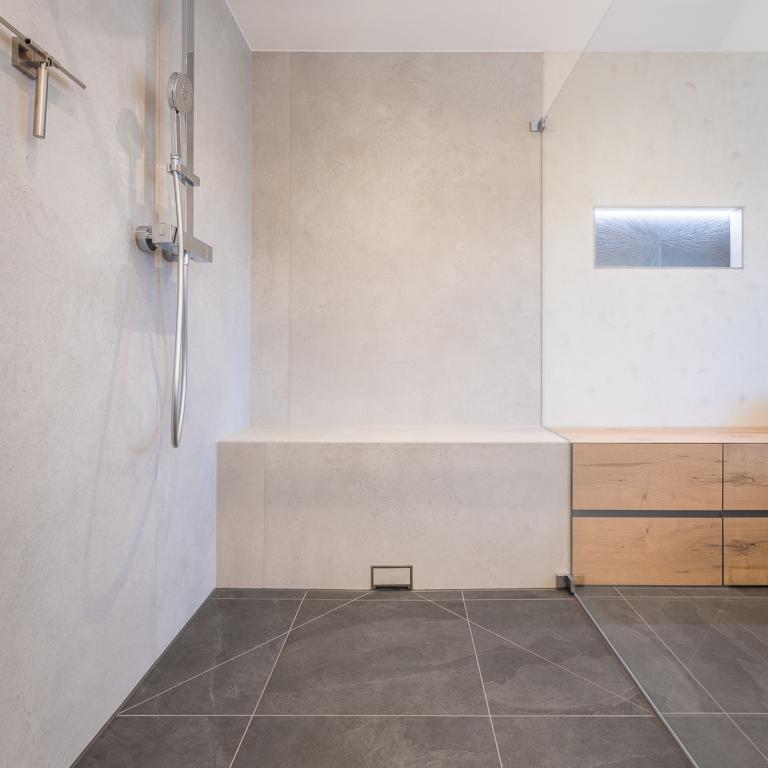 Bodengleiche Dusche mit Fliesen im Minimalismus Stil