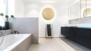 Badezimmer mit Fliesen im Minimalismus Stil, Badewanne und Waschtisch