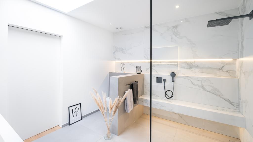 Badezimmer mit Fliesen in Marmor-Natursteinoptik