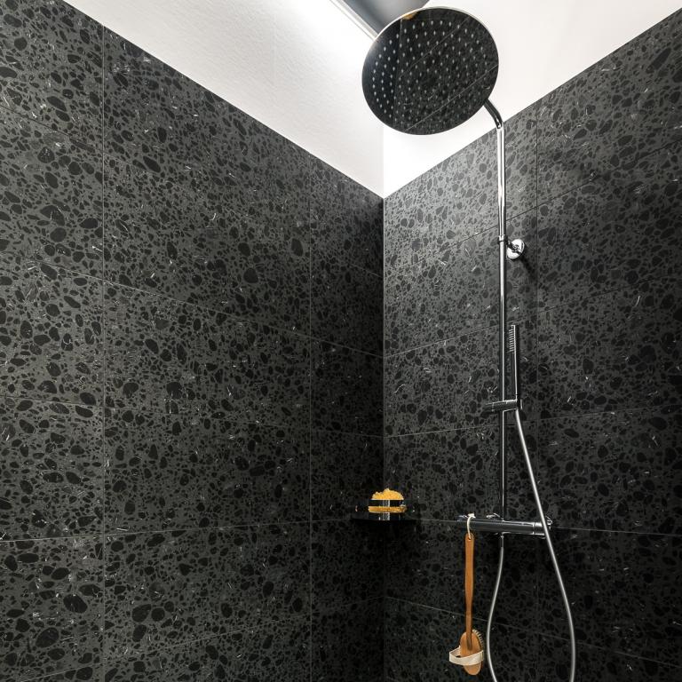 Dusche mit Terrazzo-Fliesen