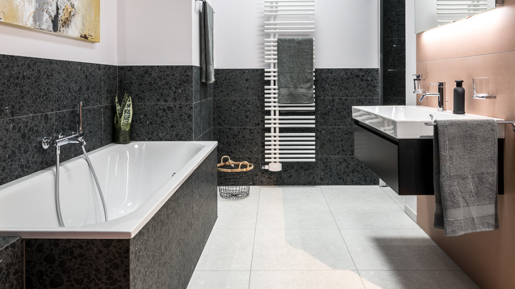 Badezimmer mit Terrazzo-Fliesen, Badewanne und Waschtisch